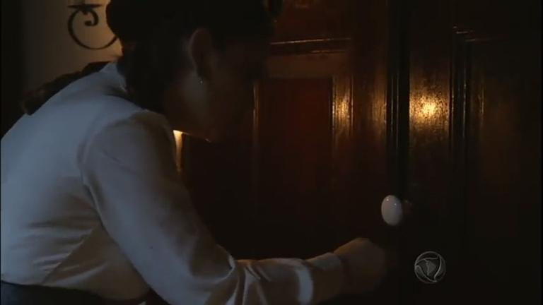 Filipa tenta entrar no quarto misterioso, mas é impedida por Bá ...