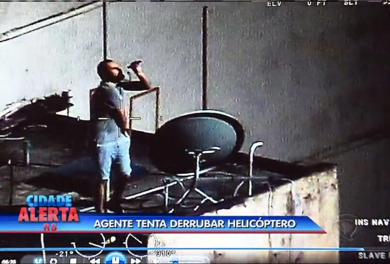 Agente tenta derrubar helicóptero