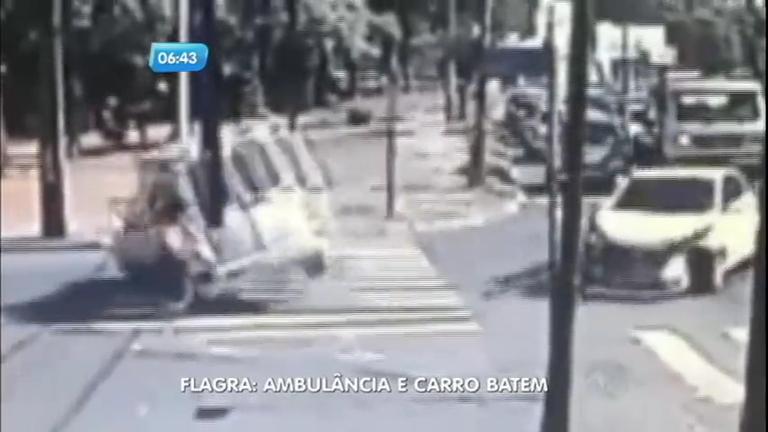 Câmera flagra acidente impressionante entre carro e ambulância ...
