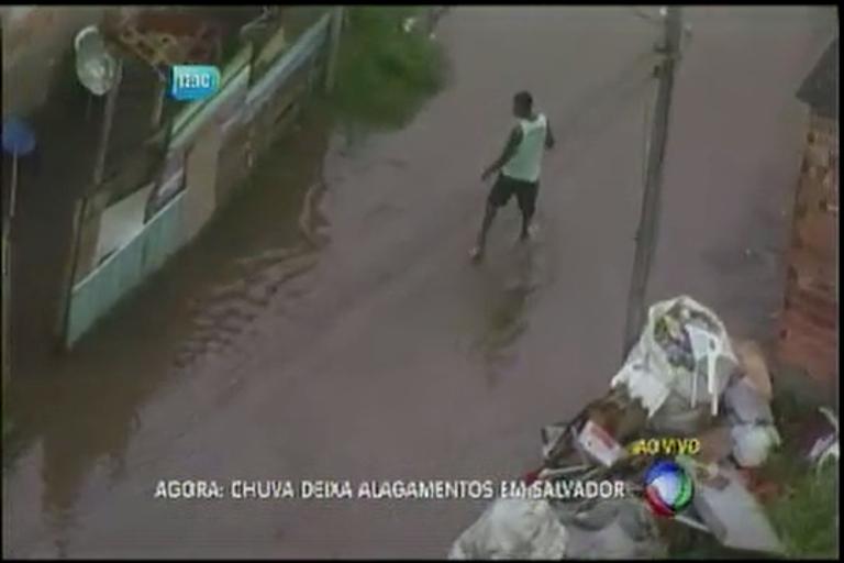 Chuva deixa alagamentos em Salvador - Bahia - R7 Balanço Geral BA