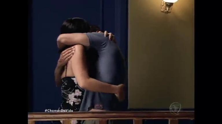 Ivonete provoca Tomás e finge beijar Cazé