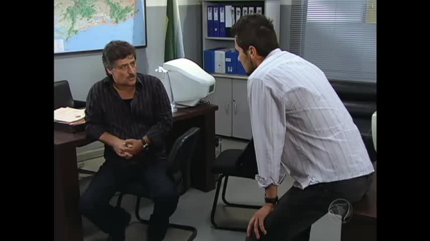 Tomás pressiona Roberto para descobrir se ele é o incendiário misterioso