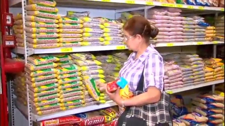 Baianos disputam feijão durante promoção de supermercado em ...