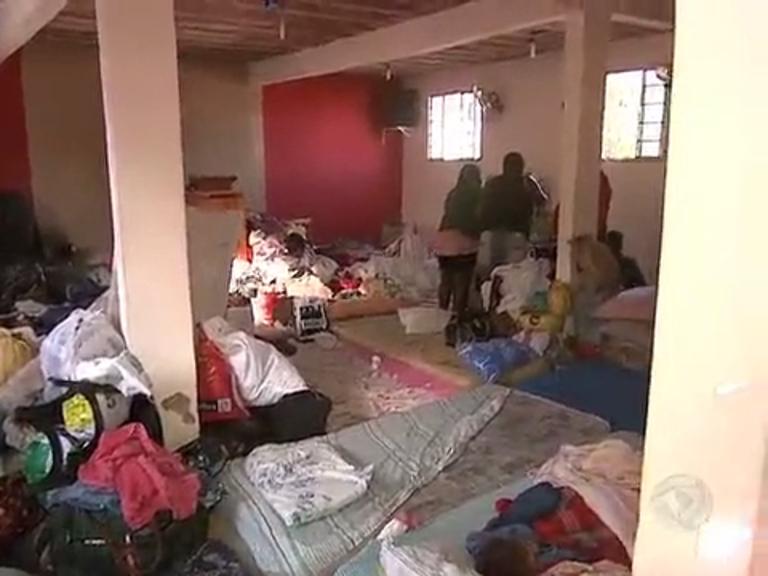 Moradores que perderam casa após enchentes de março estão em ...