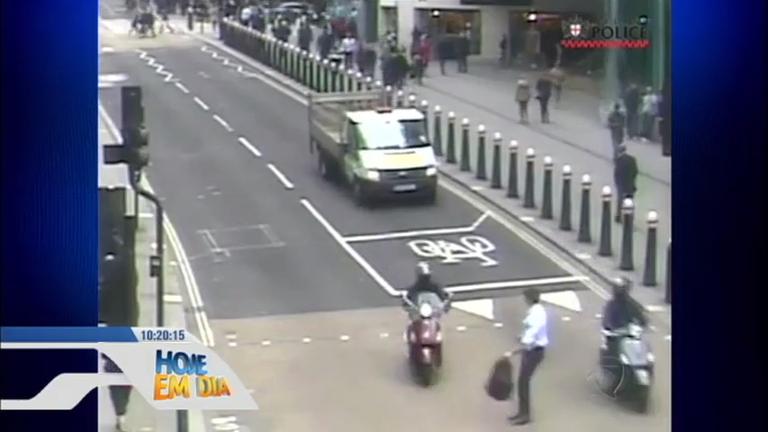 Flagra: motociclista rouba celular de pedestre em Londres ...