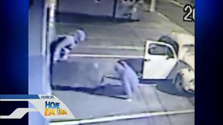 Ladrões atrapalhados fizeram de tudo para roubar cofre, mas não ...