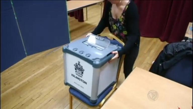 Britânicos vão às urnas decidir se o país permanece na União ...