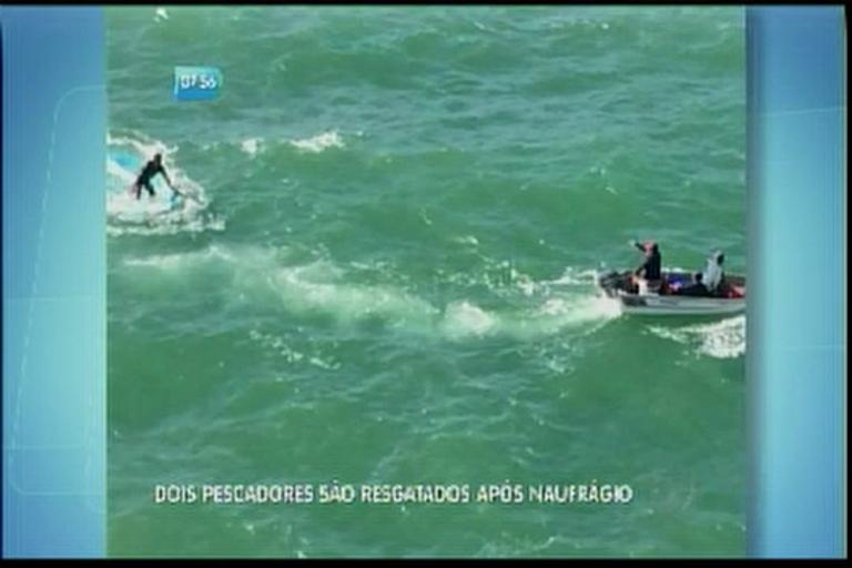 Dois pescadores são resgatados após naufrágio
