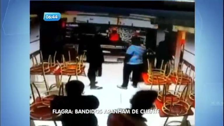 Bandidos apanham de cliente durante assalto em lanchonete Taguatinga (DF)