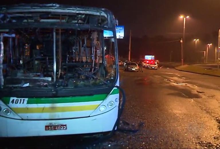 Criminosos colocam fogo em ônibus