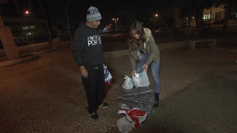 Neste sábado (25), Sabrina Sato distribui agasalhos a moradores ...