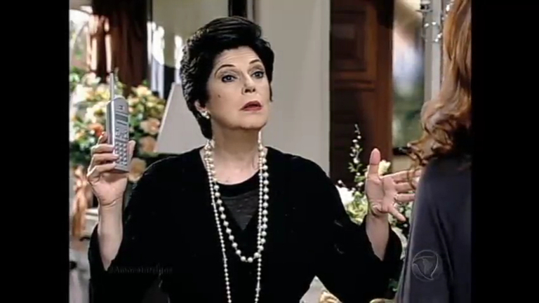 Dorotéia pede que Alexandra tenha calma e diz que irá arrumar o ...