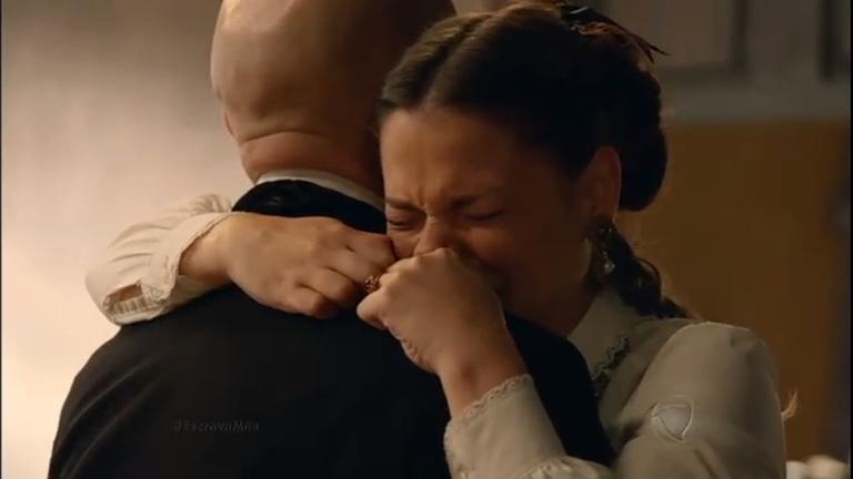 """Emocionada, Felipa abraça Quintiliano: """"Eu te amo muito, pai ..."""