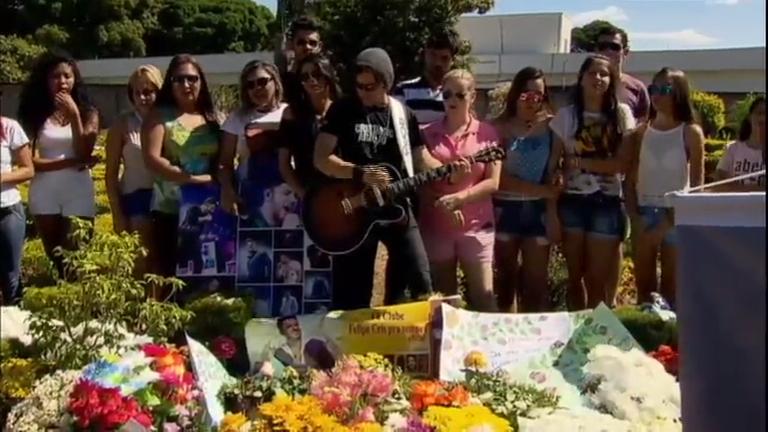 Fãs homenageiam Cristiano Araújo no aniversário de um ano da morte do cantor