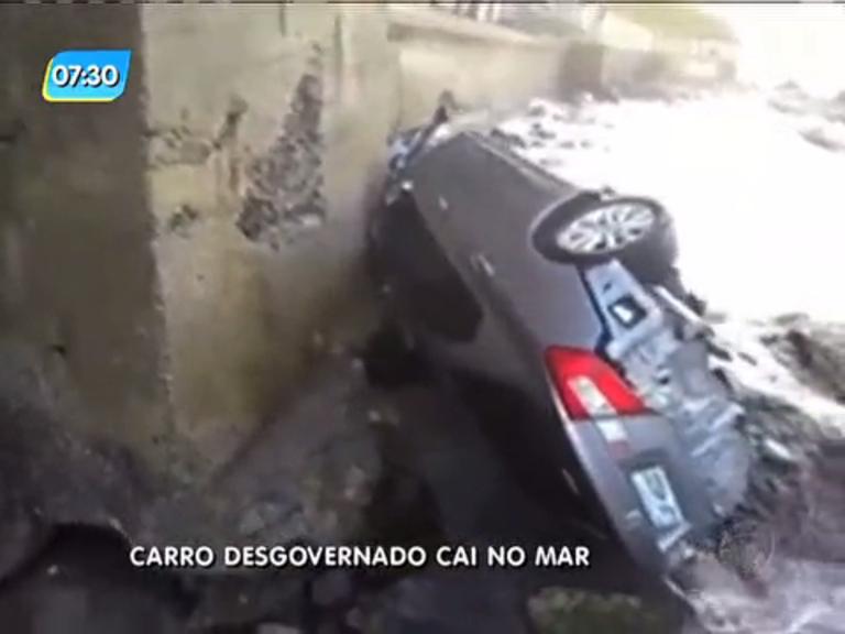 Carro desgovernado despenca no mar e motorista fica ferido em Niterói