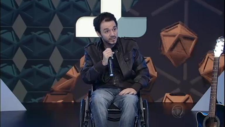 Humorista Brício Loureiro arranca risos ao falar sobre a vida de um cadeirante