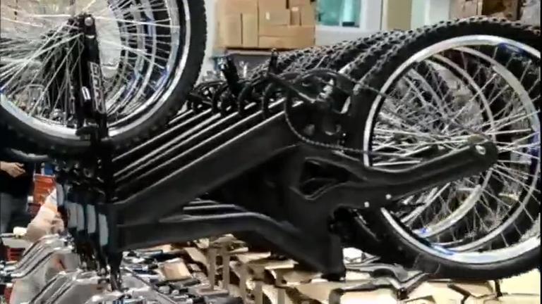 Empresário faz bicicletas de materiais recicláveis e atrai europeus