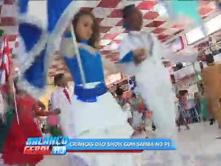 Crianças mostram samba no pé em premiação das escolas de samba mirim