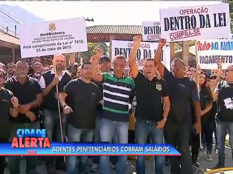 Agente penitenciários protestam contra atraso de salários