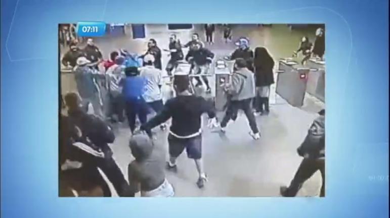 Flagra: mais de 200 pessoas brigam em estação de trem em Porto ...