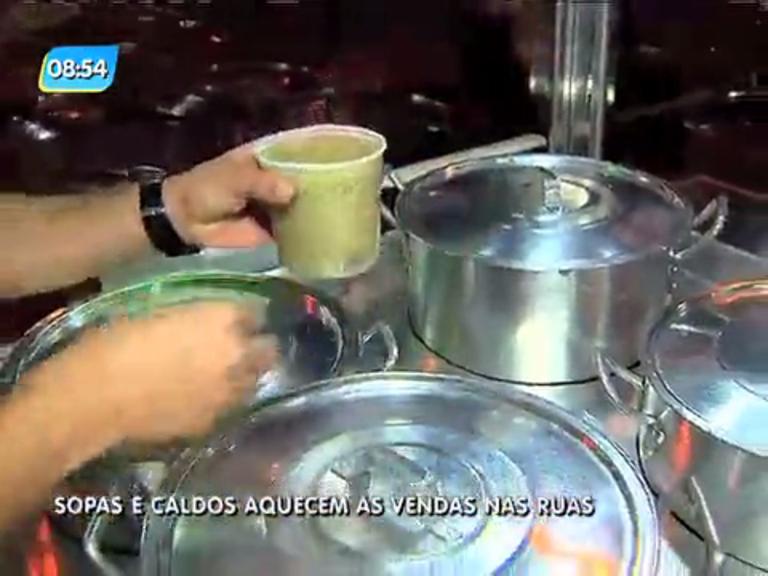 Venda de sopas e caldos fazem sucesso nas ruas cariocas