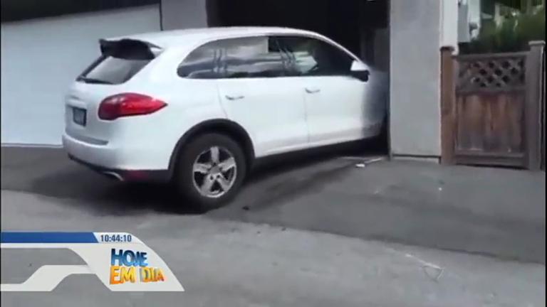 Motorista barbeiro detona carro de luxo ao tentar entrar em garagem