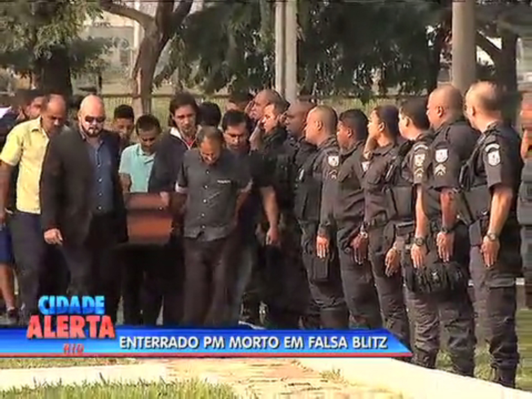 Corpo de PM morto na avenida Brasil é enterrado