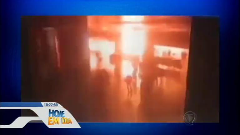 Atentado com três homens-bomba mata 41 pessoas em aeroporto de…