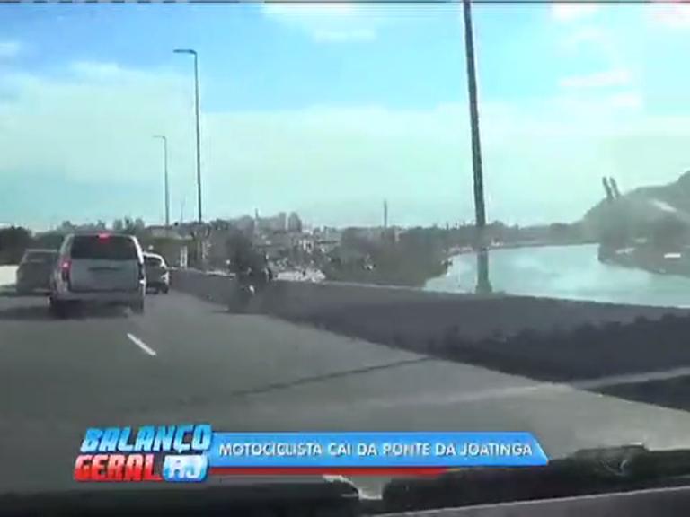 Motociclista bate em carro e cai de ponte de 12 metros de altura na Barra; veja vídeo