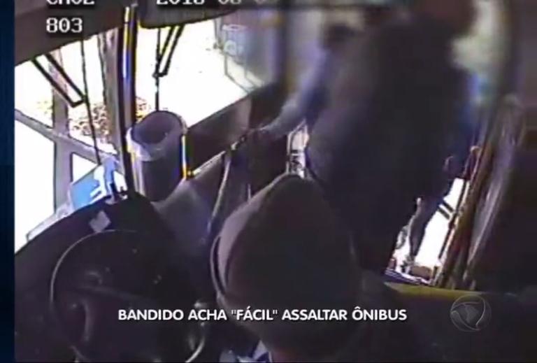 "Bandido acha ""fácil"" assaltar ônibus"