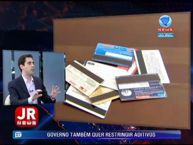 """""""Vai te dando cada vez mais corda para se enforcar"""", diz comentarista sobre cartão de crédito no Brasil"""