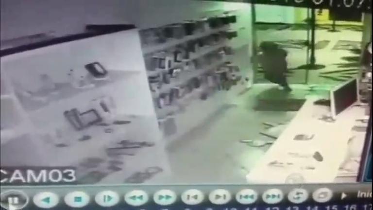 Ladrão trapalhão bate em porta de vidro ao tentar fugir de loja