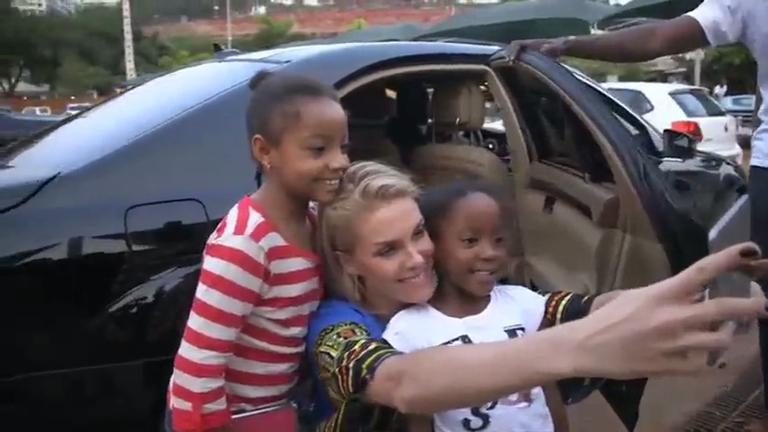 Domingo Espetacular mostra como foi a volta de Ana Hickmann às passarelas em evento na África