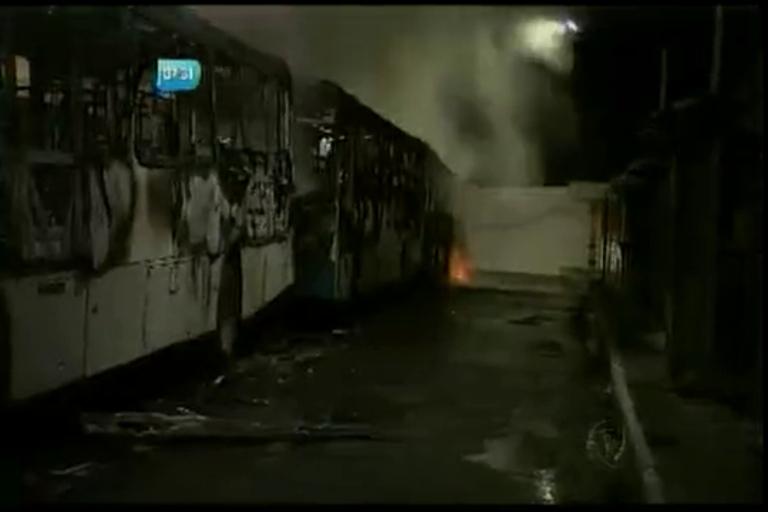 Homens incendeiam ônibus no Pero Vaz