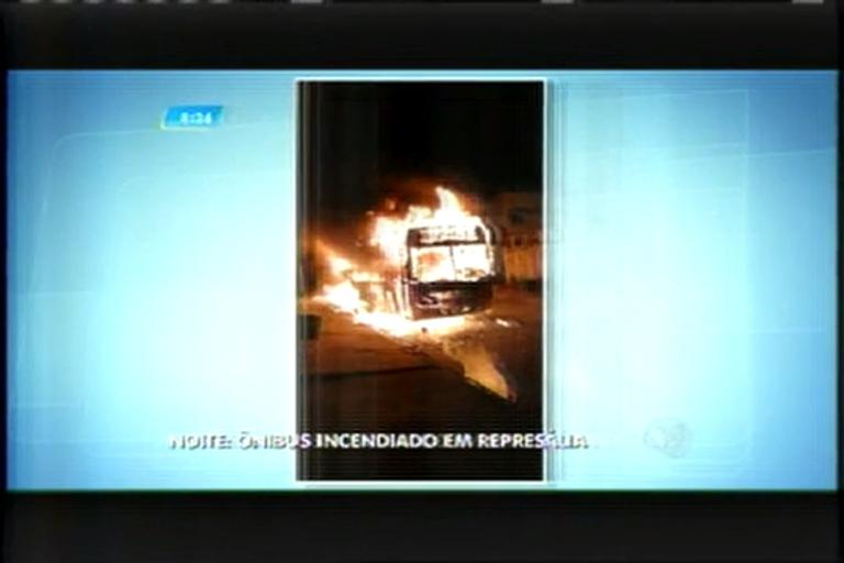 Ônibus é incendiado por criminosos em Pedro Leopoldo (MG)