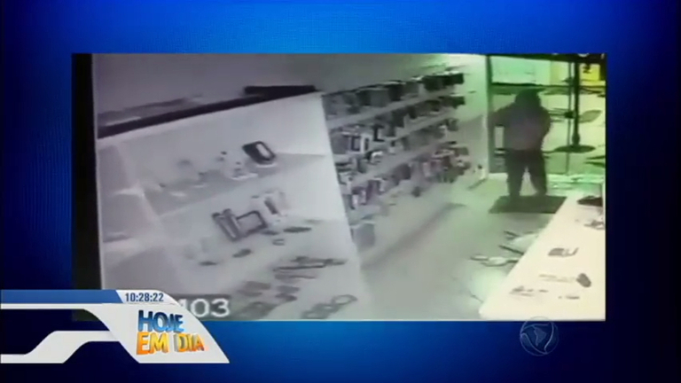 Hilário! Ladrão trapalhão bate a cara na porta de vidro durante fuga ...
