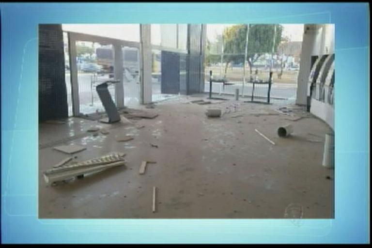 Bandidos explodem caixa eletrônico em Barreiras