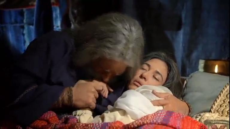 Ao amanhecer, Moisés percebe que Zípora está morta
