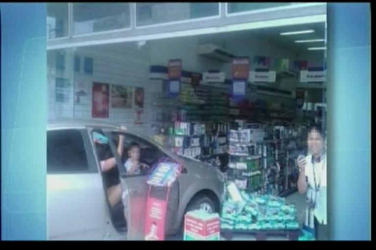 Carro invade farmácia em Teixeira de Freitas