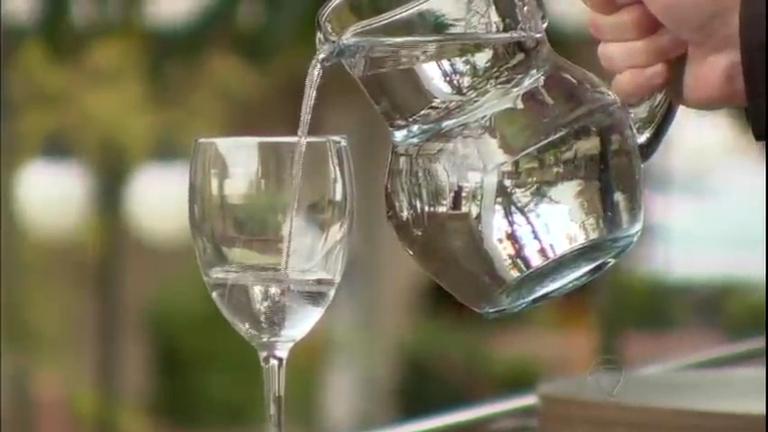 Pesquisa revela que beber água antes das refeições ajuda a emagrecer