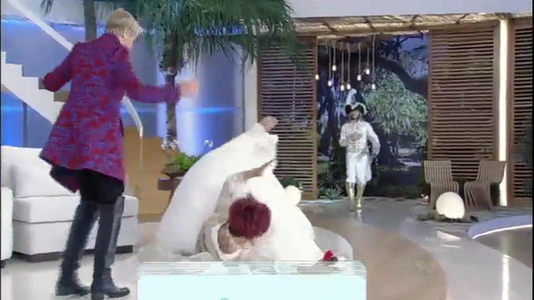 Hilário! Nany se empolga ao ver príncipe e leva um tombo no palco ...