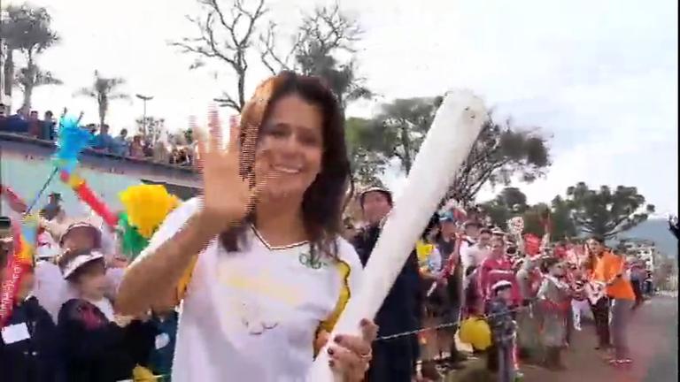 Adriana Araújo, apresentadora do JR, carrega tocha olímpica ...
