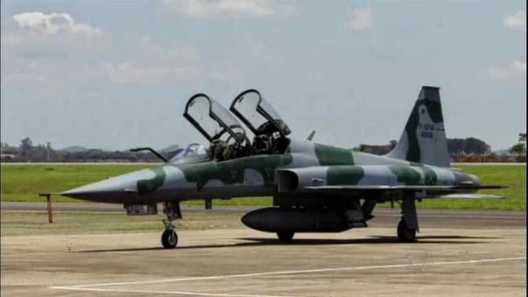 Caça da Força Aérea Brasileira cai na base de Santa Cruz (RJ ...