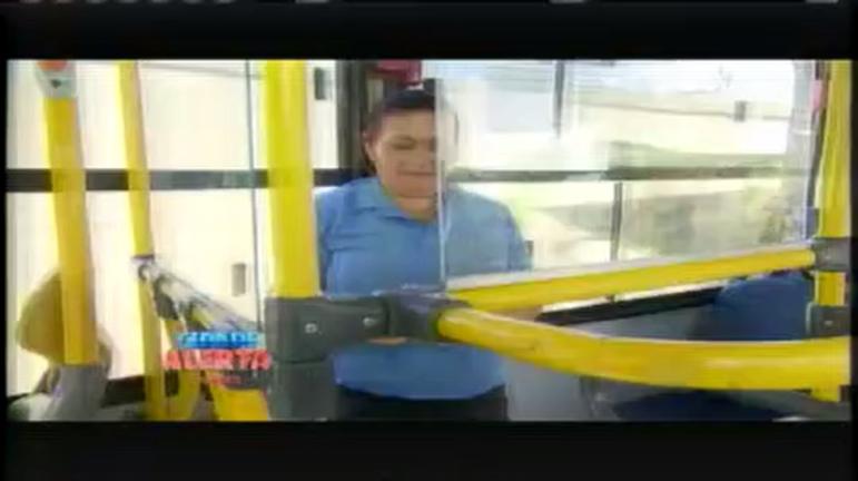 Cobradores trabalham em pé durante jornada em ônibus de ...