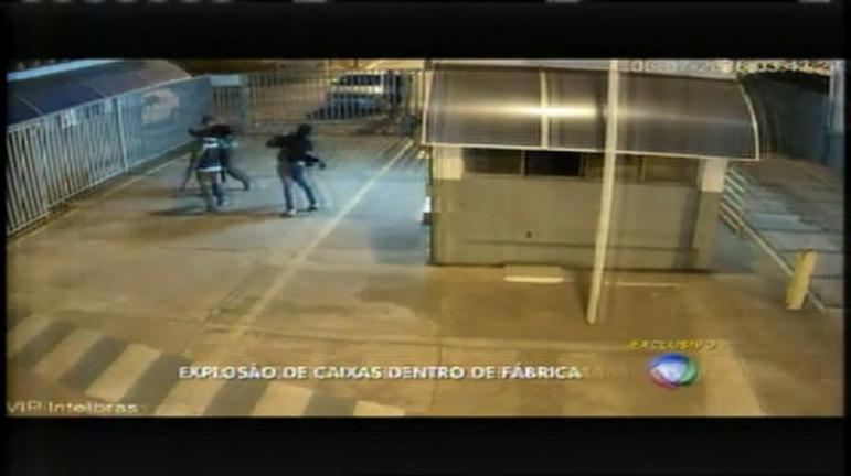Bando armado usando máscaras explode caixas eletrônicos em ...