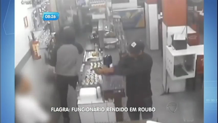 Câmera de segurança registra assalto a pizzaria em São Vicente ( SP)