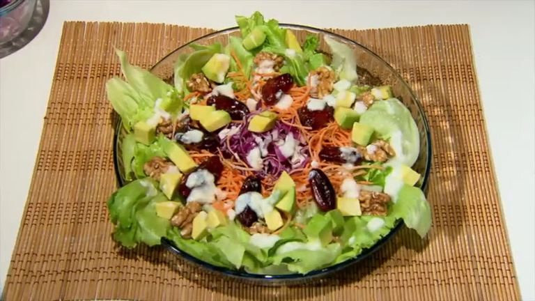 Aprenda receitas de 'supersaladas' que dão energia e até engordam