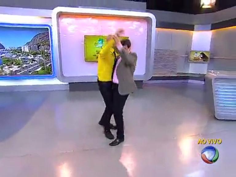 Amin Khader e Gustavo Marques dançam lambada no Balanço ...