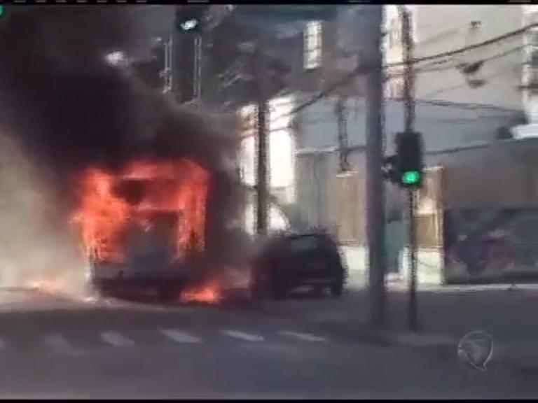 Ônibus pega fogo em Bonsucesso; veja vídeo - Rio de Janeiro - R7 ...