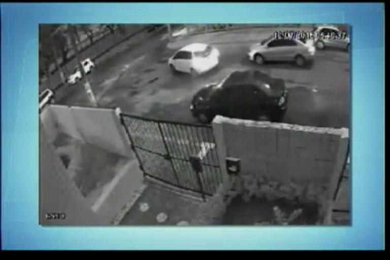 Assaltantes rendem motorista e fogem na Pituba